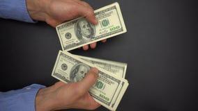 Manliga händer som räknar kassapengar, 100 dollarräkningar, stänger sig upp stock video