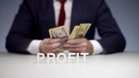 Manliga händer som räknar vinst i packe av pengar Monetär vinstbarnaffärsman lager videofilmer