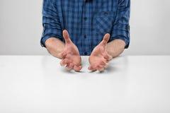 Manliga händer som visar formatet av något Arkivbild
