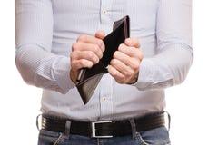 Manliga händer tömmer plånbokhandväskan royaltyfri bild