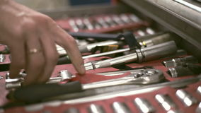 Manliga handpushes en av metallhjälpmedlet boxas och tar tangenten lager videofilmer