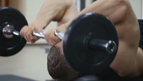 Manliga kroppsbyggareutbildningshänder Förbereda sig för konkurrensen Sund livsstil arkivfilmer