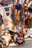 Manliga Kuker som sätter den rituella läskiga pälsmaskeringen på jordningen Fotografering för Bildbyråer