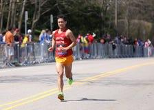 Manliga löpare springer upp hjärtesorgkullen under den Boston maraton April 18, 2016 i Boston Fotografering för Bildbyråer