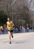 Manliga löpare springer upp hjärtesorgkullen under den Boston maraton April 18, 2016 i Boston Royaltyfria Bilder