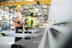 Manliga manuella arbetare som tillverkar arkmetall på bransch Arkivfoton