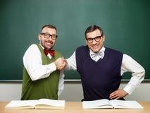 Manliga nerds som firar framgång Royaltyfri Fotografi