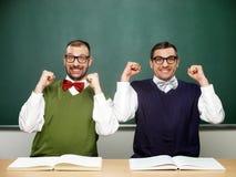 Manliga nerds som firar framgång Arkivfoton