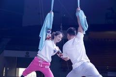 Manliga och kvinnliga akrobater repeterar Royaltyfria Foton