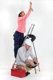 Manliga och kvinnliga elektriker royaltyfri fotografi