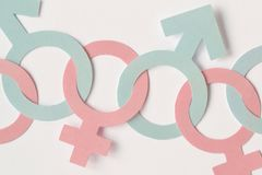 Manliga och kvinnliga genussymboler kedjade fast tillsammans - genusrelatio arkivfoton