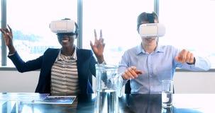 Manliga och kvinnliga ledare som använder virtuell verklighethörlurar med mikrofon 4k arkivfilmer