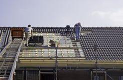 Manliga roofers som passar tegelplattor Royaltyfria Foton