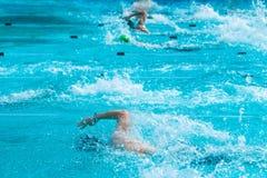 Manliga simmare som arbetar på deras fristilsimning på ett lokalt bajs royaltyfri fotografi