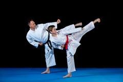 Manliga små barn för karateinstruktörutbildning i dojo royaltyfri fotografi