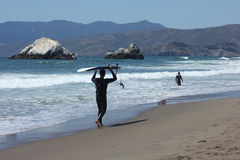 Manliga surfare i San Francisco North Beach arkivfoto