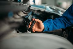 Manliga teknikerkontroller bromsar vätskenivån i bil fotografering för bildbyråer