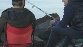 Manliga vänner som spenderar tid som tycker om tillsammans fiske och öl som dricker, aktivitet stock video