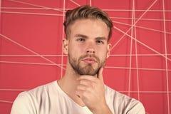 Manlighetbegrepp Man med borstet på den fundersamma framsidan, rosa bakgrund E royaltyfri bild