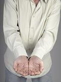 Manlign hands holdingen något Arkivfoto