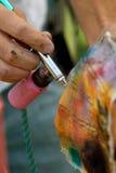 Manlign Hands trycksprutan för provluftborsten, genom att spreja trasan royaltyfri foto