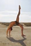 manlign poserar yoga Arkivfoton