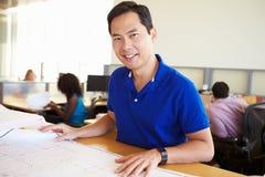 Manligt arkitektStudying Plans In kontor Arkivbilder