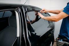 Manligt auto omslag med bladet, bil som tonar filmen Fotografering för Bildbyråer