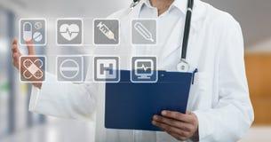 Manligt doktorsanseende med mappen, med medicinska symboler Arkivbilder