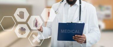 Manligt doktorsanseende med mappen, med medicinska symboler Royaltyfria Bilder
