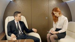Manligt framstickande som ger anvisningar till hans kvinnliga sekreterare i lyxig stråle stock video
