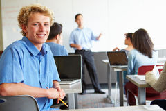 Manligt högstadiumstudentUsing Laptop In klassrum Royaltyfria Bilder