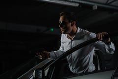 manligt hemligt medel i solglasögon med vapnet som ner sitter fotografering för bildbyråer