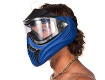 Manligt huvud i blå paintballmaskering på vit bakgrund Arkivfoton
