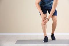 Manligt idrottsman nenlidande från knä smärtar under utbildning royaltyfria foton
