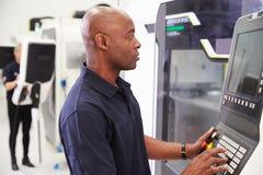 Manligt maskineri för teknikerOperating CNC på fabriksgolv Royaltyfri Bild