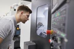 Manligt maskineri för teknikerWatching Progress Of CNC i fabrik royaltyfri foto