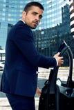 Manligt modellanseende nära bilen Arkivbild