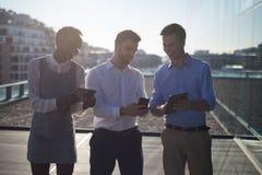 Manligt och kvinnligt använda för ledare som är digitalt, och mobiltelefon arkivbild