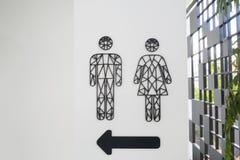 Manligt och kvinnligt toaletttecken med piltecknet royaltyfri bild