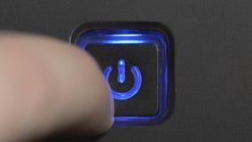 Manligt pekfinger som trycker på en maktknapp arkivfilmer