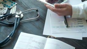Manligt recept för doktorshandstilrx i sjukhus stock video