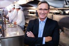 Manligt restaurangchefanseende med korsade armar arkivbilder