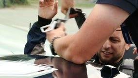 Manligt sammanträde i sportbilen, besättningsmanfästandesäkerhetsbälten, tävlings- konkurrens arkivfilmer