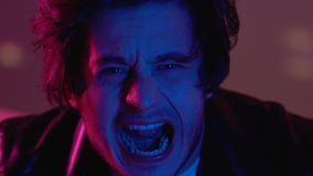 Manligt skrika i nattklubb, drogpåverkan, nödattack, psykisk störning lager videofilmer