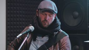 Manligt spela för vokalist vaggar musik på den elektriska gitarren arkivfilmer