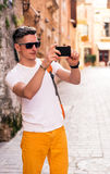 Manligt turist- gå i den gamla staden Fotografering för Bildbyråer