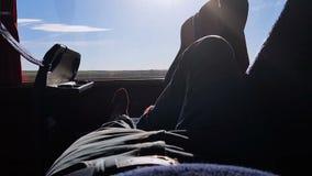 Manligt turist- liggande resa med bussen, low costtransport, studentturaffärsföretag lager videofilmer