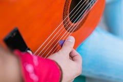 Manligt ungt gitarristhäleriljud från gitarren royaltyfria bilder