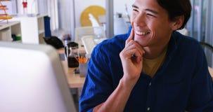 Manligt utövande arbete över bärbara datorn på hans skrivbord 4k arkivfilmer